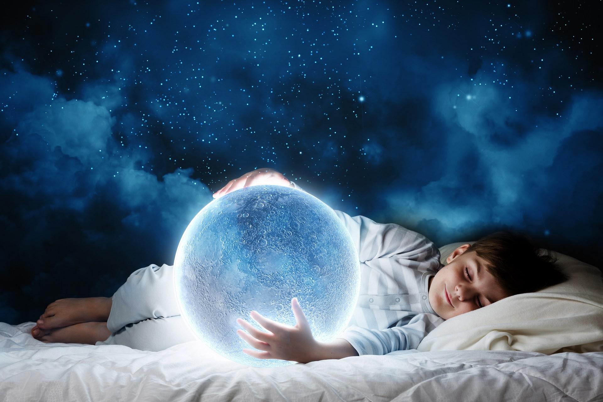 Видеть во сне ребенка на руках означает, что спящего ожидает небывалый карьерный рост.